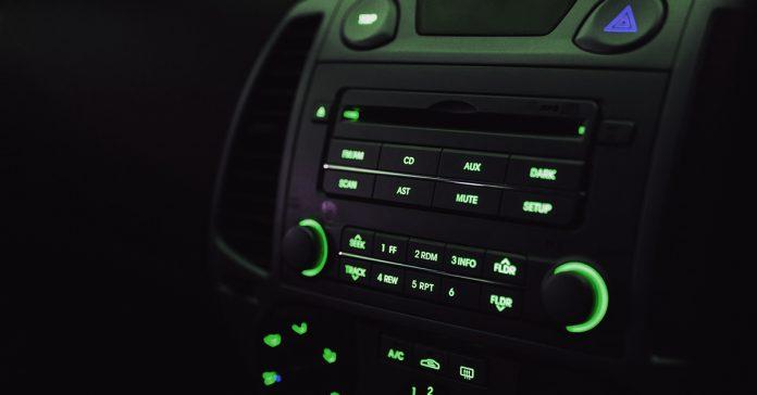5 tipologie di persone che cantano in auto